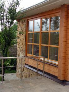 Деревянные окна из массива сосны.
