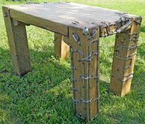 Дубовый столик с декором из металла.