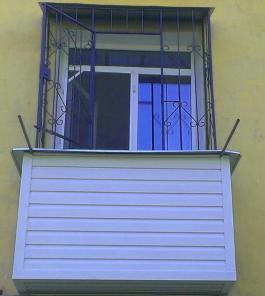 Обшивка балкона сайдингом. Низкие цены.