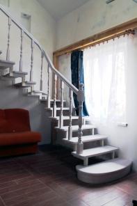 Предлагаем изготовление лестниц из массива дерева на заказ