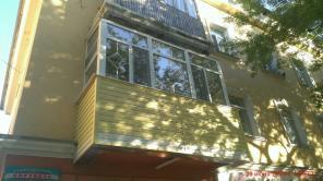 Обшивка балконов сайдингом.