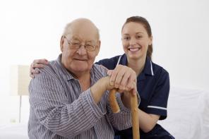 Сиделка для инвалидов и пожилых людей.