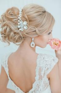 Шикарная свадебная прическа с волосами на заколках