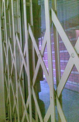Раздвижные оконные решетки и решетчатые двери