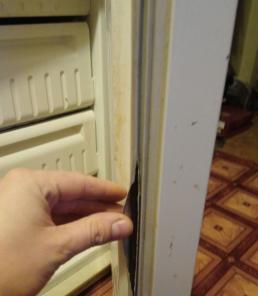 Меняем уплотнители-резинки на дверях холодильника.