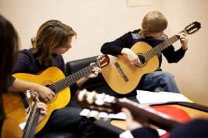 Курсы игры на гитаре для взрослых и детей